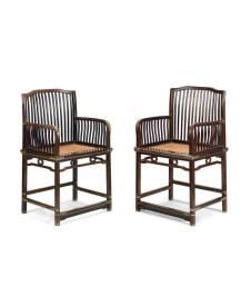 梳背扶手椅一對 中國,十八世紀晚期 紫檀 高91 x 寬42 x 深56公分 此藏品是兩依藏最早的收藏之一,二十世紀八十年代晚期出自戴添(曾於香港皇后大道中經營古董店)。最初購入時為一對,在送貨前的例行清理拋光階段,被偷走了其中一張。失竊後交易未能完成,並須重新商議價格。最終馮耀輝先生決意買入僅存的一件,並期望另一件可失而復得。
