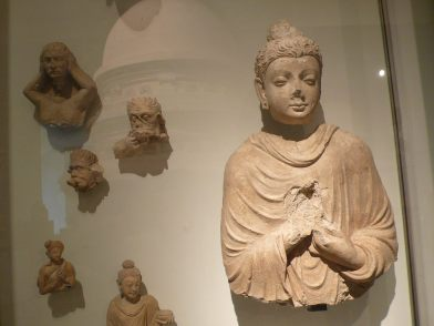 看到法國人在東方竊取大小佛像帶回巴黎,可推斷他們當年心態,是向東方學習,補助他們之不足。