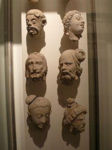 阿富汗、巴基斯坦、印度等地最早期雕像,皆由模仿希臘雕像開始,繼而發展出佛像來。