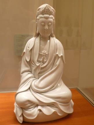 清康熙德化窯白瓷觀音坐像。