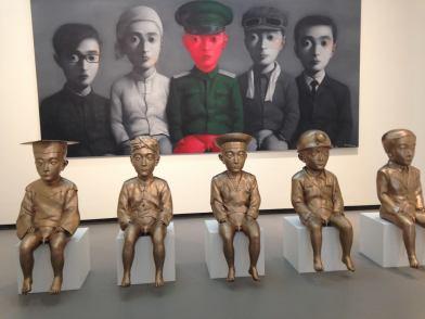 張曉剛作品《我的理想》(每件雕塑143x54x72厘米),油畫 (279x500厘米)。