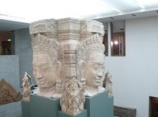 這座巨型石佛像取自柬埔寨吳哥窟,可說鎮館之寶。佛像四面,乃來自印度教觀念。