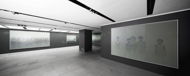 畫家把畫廊多面牆壁塗成灰黑色來配合他的畫作。