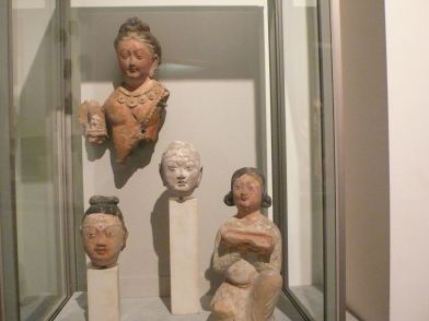 七世紀新疆庫車、圖木吐拉的菩薩、如來、比丘等的殘缺頭像。