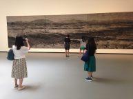 張洹巨畫《大躍進-造河》,香爐灰、木屑、碎木條,混合油墨。