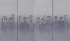 心境No.45,180 x 300厘米(多聯畫),油彩布本,2016 (朱毅勇以油彩,來繪畫出污濁空氣,而隔了一層灰朦朦空氣,站著幾個男女少年,他畫出前與後、立體感,技巧驚人。)