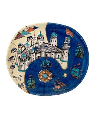 「皮瑞‧雷斯地圖」紋碟 奈達‧歐可, 索高陶瓷工作室, 屈塔希亞 Plate with 'Piri Reis' map design Nida Olçar, Sıtkı Çini, Kütahya 2003 Fritware, underglaze-painted Diameter: 40 cm © Courtesy of Nida Olçar
