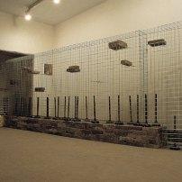 林一林,《住器陳列之一》,1992,鐵網、青磚、衛生泵,尺寸可變;圖片由藝術家和Spring工作室提供 Lin Yi Lin, Household Goods I, 1992, Iron web, gray bricks, sanitary pumps, Dimensions variable; Courtesy to the artist and the Spring Workshop