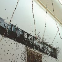 梁鉅輝,《生產空間與螞蟻》,1998,綜合媒材,120 x 755 厘米;圖片由藝術家和Spring工作室提供 Liang Ju Hui, Construction of a Place and Ants, 1998, Mixed media, 120 x 755 cm; Courtesy to the artist and the Spring Workshop