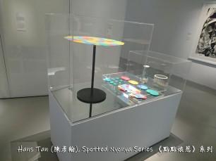 (Left) 陳彥翰,《點點娘惹 ‧ 倒》,2015年,人工樹脂及粉末塗層金屬 Hans Tan, Spotted Nyonya: Pour, 2015, epoxy resin and powder-coated steel (Middle) 陳彥翰,《點點娘惹 ‧ 無蓋器皿》,2011年,噴砂 Hans Tan, Spotted Nyonya: Vessel with Cover, 2011, sandblasted porcelain (Right) 陳彥翰,《點點娘惹 ‧ 燭台》,2011年,噴砂 Hans Tan, Spotted Nyonya: Candle Holder, 2011, sandblasted porcelain
