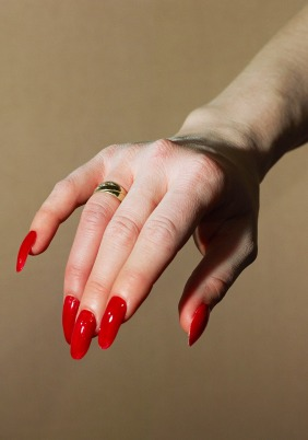 ALEX PRAGER, Hand Model, 2017, archival pigment print, 80 x 56 inches (print), 203.2 x 142.2 cm 81 x 57 x 2.25 inches (framed), 205.7 x 144.8 x 5.7 cm; Courtesy Alex Prager Studio and Lehmann Maupin, New York and Hong Kong.