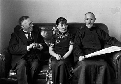 蔣介石與宋美齡正在聆聽斯文‧赫定講解他的新 疆之旅。 瓦特爾‧博薩特 漢口, 1935年2月。 The Generalissimo and Mrs Chiang Kai-shek listening to Dr Sven Hedin speak about his journey to Sinkiang. Walter Bosshard Hankou, February 1935.