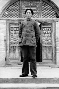 站在抗日軍政大學門前的毛澤東。 瓦特爾‧博薩特 延安,1938 年。 Mao Tse-tung in front of the entrance to the Red Academy. Walter Bosshard Yan'an, 1938.