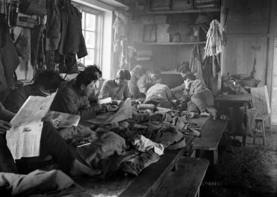 可能是鄰近呼倫湖的殖民地學校生活。 瓦特爾‧博薩特 滿洲里,1935年1月。 Life in a colonial school, possibly near Lake Hulun. Walter Bosshard Manchuria, January 1935.