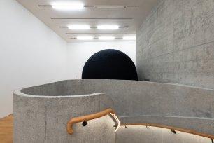 "Yvonne Dröge Wendel 《黑球》及錄像紀錄 2000年 PVC吹氣軟膠(公共空間作品) 圓周 300–350 厘米 大館當代美術館《拆棚》展覽場景,2018年6月至8月 Yvonne Dröge Wendel Black Ball (with video documentation) 2000 Hand-felted merino wool around inflatable PVC form (Work in public space) 300–350 cm in diameter Installation view of ""Dismantling the Scaffold"", Tai Kwun Contemporary, June - August 2018"