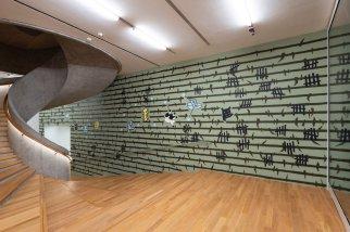 """李秉罡 《動物農場》 2018年 水性乳膠漆 特定場域裝置 尺寸可變 大館當代美術館《拆棚》展覽場景,2018年6月至8月 Bing Lee Animal Farm 2018 Water-based latex paint Site-specific installation Dimensions variable Installation view of """"Dismantling the Scaffold"""", Tai Kwun Contemporary, June - August 2018"""