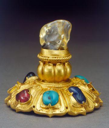 金鑲淡黃藍寶石帽頂 明代 湖北梁莊王墓出土 湖北省博物館借展 Gold hat top decorated with sapphire and gemstones Ming dynasty (1368-1644) Excavated from the tomb of the Prince Liangzhuang, Hubei Province in 2001 On loan from Hubei Provincial Museum