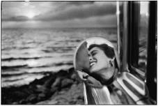 Elliott Erwitt (b. 1928) California Kiss 1956 Platinum print H. 50 x W. 60 cm © Elliott Erwitt/Magnum Photos f22 foto space, Hong Kong