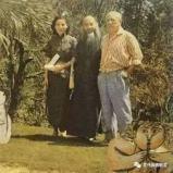 畢卡索夏天在家裡不穿上衣,這天特別穿上襯衫迎接張大千與夫人徐雯波,和翻譯,相見歡。