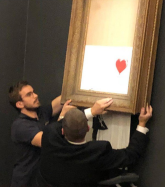 Banksy,《女孩與氣球》,2006,噴漆壓克力彩畫布,裱於畫板,藝術家自選框 ,101 x 78 x 18 cm;圖片由藝術家及Casterlinegoodmangallery Instagram提供 Banksy, Girl with Balloon, 2006, spray paint and acrylic on canvas, mounted on board, in artist's frame, 101 x 78 x 18 cm; Courtesy of the artist and Casterlinegoodmangallery Instagram