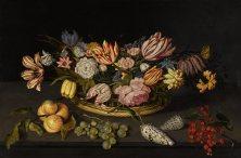 約翰內斯 · 博斯哈特(Johannes Bosschaert),《靜物:花籃裡的鬱金香等花卉以及石檯上的貝殼和果實》,1624年作,油彩畫板 JOHANNES BOSSCHAERT, Still life of tulips and other flowers in a basket, with shells and fruit on a stone ledge, 1624, Oil on panel