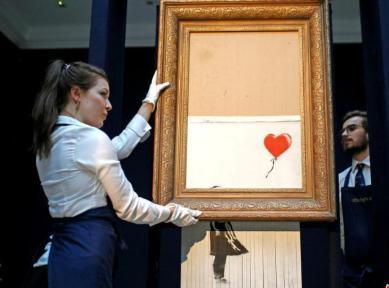 不久前,Banksy作品《女孩與氣球》(Girl With Balloon)在倫敦一個拍賣會上以104.2萬英鎊拍出時,這位藝術家操控畫作內置的碎紙機自毀畫作,引起全球一片譁然。(網上圖片)