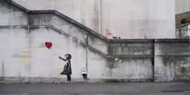 畫作《女孩與氣球》這幅作品最早出現在倫敦大東街的一面牆上,畫中的女孩迎風而立,紅色的心形氣球從手中飄走,旁邊寫著:「希望永存」。(網上圖片)