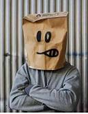 2010年,Banksy榮登《時代》雜誌「全球一百位最具影響力人物」排行榜。由於不想暴露身份,他提交了一張自己頭戴歐美雜貨店常見的可再生購物紙袋的照片。(網上圖片)