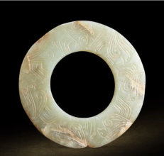 拍品編號 7263, 商 白玉「七玄鳥」紋瑗, 直徑 9 cm, 厚 0.5 cm, 估價:HK$ 200,000;圖片由藝術家及萬昌斯提供 Lot 7263, A White Jade 'Seven Mythical Birds' Disc, Yuan, Shang Dynasty (circa 1600-1100 BC), D 9 cm, T 0.5 cm (1/4 in), Est. HK$ 200,000; Courtesy of the artist and Marchance Auctioneers