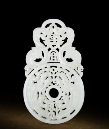 拍品編號 7268, 清乾隆 御製白玉「長宜子孫」珮, 長 13.6 cm, 厚 0.7 cm, 估價:HK$ 1,500,000;圖片由藝術家及萬昌斯提供 Lot 7268, An Imperially Inscribed White Jade 'Chang Yi Zi Sun' Pendant, Qianlong Four-Character Mark and of the Period (1736-1795), L 13.6 cm, T 0.7 cm, Est. HK$ 1,500,000; Courtesy of the artist and Marchance Auctioneers