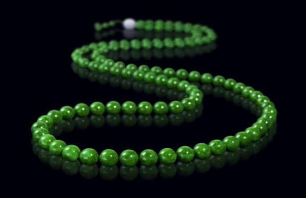 拍品編號 7450, 緬甸天然翡翠珠項鏈, 附香港玉石鑑定中心證書 , 估價:HK$ 200,000;圖片由藝術家及萬昌斯提供 Lot 7450, A Burmese Jadiete Beads Necklace, Est. HK$ 200,000; Courtesy of the artist and Marchance Auctioneers