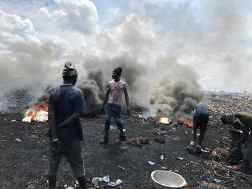 長坂真護在非洲迦納目見很多與他年紀相約的年輕人在煙霧彌漫的垃圾焚燒場裡挖掘可致癌的電子廢物來燃燒作生計